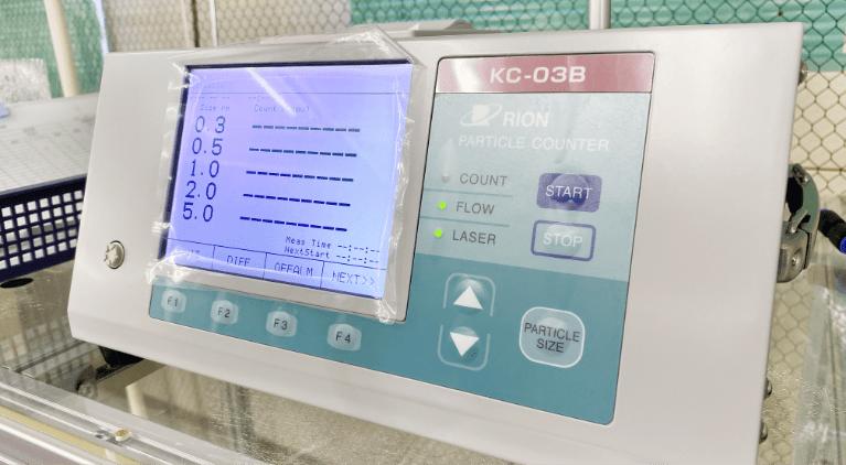 パーティクルカウンターで作業環境の洗浄度を計測