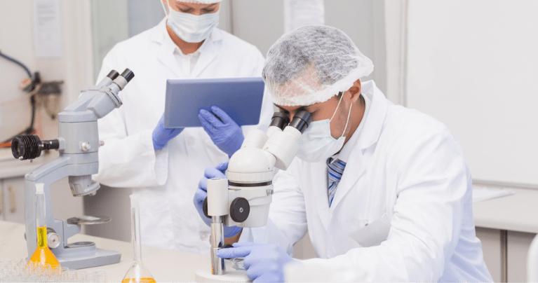 顕微鏡を覗く男性